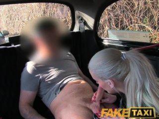 Faketaxi posh rubia tiene sexo para obtener su pissing video eliminado