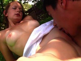 Adolescentes en el picnic encantador