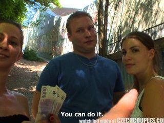Pareja checa pareja joven toma dinero para el cuarteto público