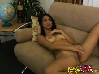 Fakeagentuk californiano hottie wanks chupa y folla enano agente gallo