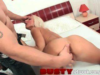 Bustynetwork rubia impresionante rubia con boobs perfectos paseos suerte stud