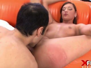 Impresionante morena se une al porno por primera vez y se enamora