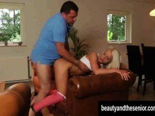 Salacious rubia adolescente obtiene follada por un viejo dude
