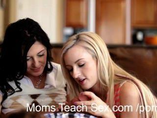 Joven pareja recibe las manos sobre las lecciones de sexo de mamá caliente