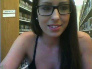 Chica con gafas en la biblioteca