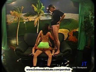 Sexy brunette babe está en sus rodillas tragar cum como una verdadera puta