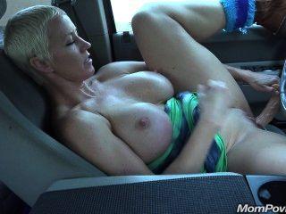 Milf tit se masturba en el coche