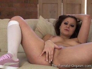 Nena con grandes tetas naturales primera vez masturbándose con un hitachi al orgasmo