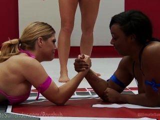 Curvilínea interracial lesbiana lucha libre