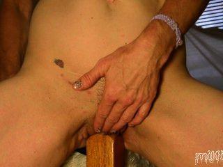 Amateur milf fucks bedpost cremoso squirting, húmedo y sucio como siempre!