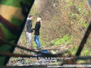 Experimento checo chica joven pidiendo sexo por el sexo en la calle