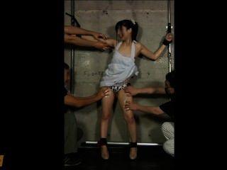 Chica japonesa aceitado y cosquillas hasta que se pee