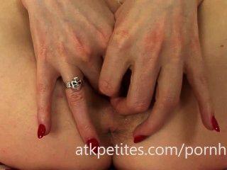 Samantha bentley utiliza un vibrador rosa en su coño rosa