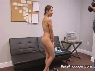 Fakeproducer trucos petite latina en una mamada en la audición de casting