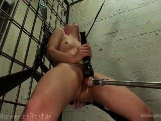 Puta se masturba en la motocicleta de policía