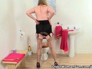 Británica abuelita amanda degas se masturba en el baño
