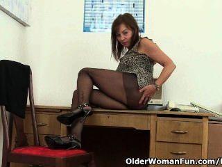 Señora de oficina británica necesita alivio orgásmico