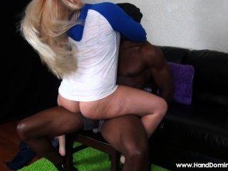 Chica blanca aprovechando de hombre indefenso con un gran negro dick