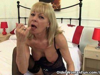 British granny elaine le da a su coño un capricho