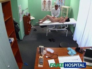 Fakehospital caliente bebé quiere que su médico para chupar sus tetas