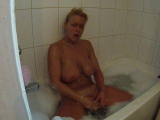 Consolándome en el baño de burbujas hasta el orgasmo mientras ensuciando mis tetas