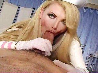 La enfermera pechugona cura la polla