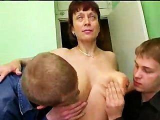 Suciedad rusa madura y muchas pollas