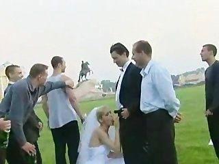 Novia follada al aire libre por más de un tipo!