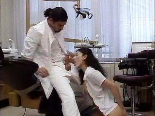 Dentista trata a su paciente