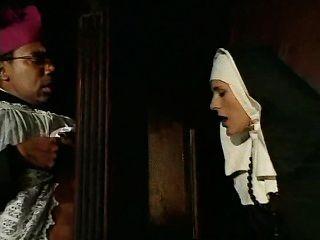 Esta monja peca y debe confesar