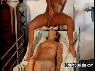 Orgasmos lesbianas chapoteando en su cara fina