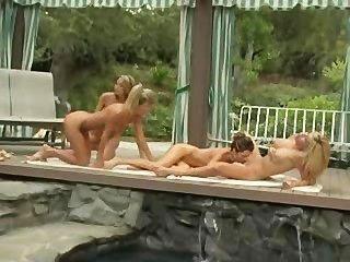Lesbianas en el lado de la piscina