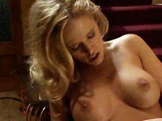 Chicas calientes teniendo sexo en las escaleras