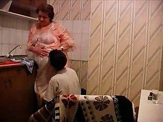 Abuelita se folla en la cocina