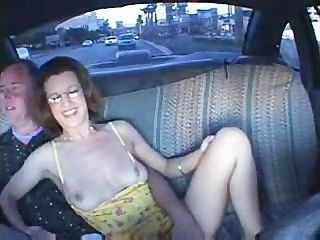 Pareja tener relaciones sexuales en un taxi