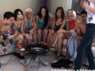 6 chicas calientes jugando ruleta picante