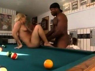 Dos negros toman a una rubia y ponen sus bolas creampie interracial