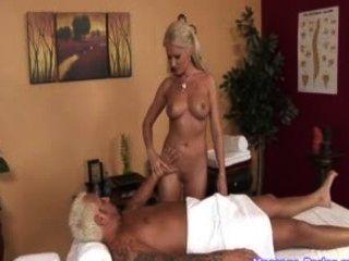 Masajista caliente toma una carga de esperma en su boca