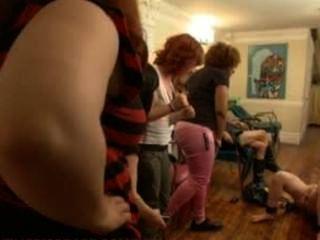 Vivienne del rio es correa en follada y humillada en un salón lleno de mujeres