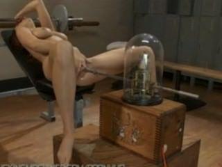Jayden cole tiene ripping orgasmos duros con máquinas follando su coño duro