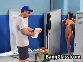 Chica sorprendida por su profesor de gimnasia masturbándose en el lockeroom