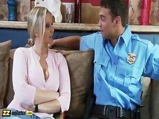 Julia ann obtiene entrevistado por rocco caña, luego se follan por él