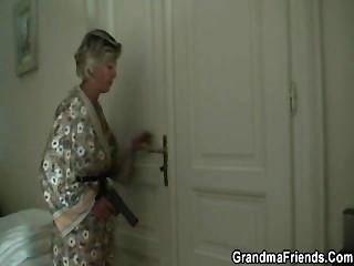 Mamá sexy encuentra a dos ladrones y los hace golpearla