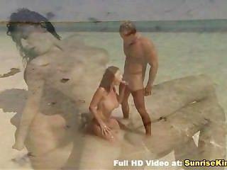 Busty babe beach blowjob sexo y el cum