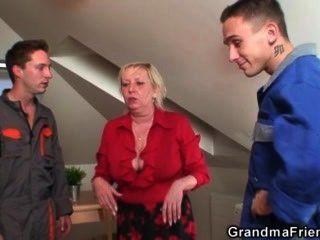 Dos reparadores bang busty abuela de ambos extremos