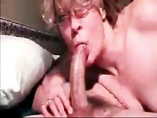 Cumming profundamente en su garganta