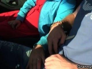 Vieja perra obtiene clavado en el coche por un extraño