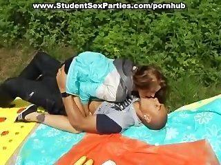 Sexo caliente del estudiante del cuarteto en la fiesta del porno