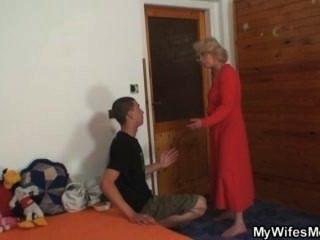 Esposa lo encuentra follando a su vieja mamá