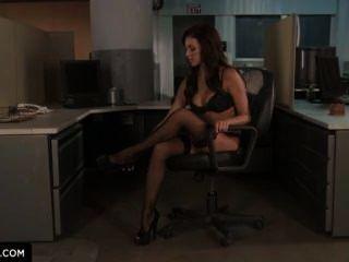 Breanne benson te enseña cómo se follan en la oficina.